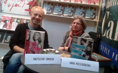 Anna Mieszkowska i Krzysztof Tomasik podczas Targów Książki we Wrocławiu